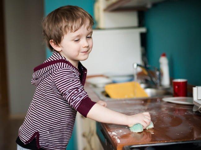 niño ayudando en casa