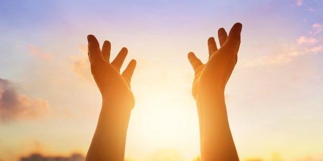 """imagen de unas manos tendidas al cielo para ilustrar post """"alcanzar el éxito"""""""
