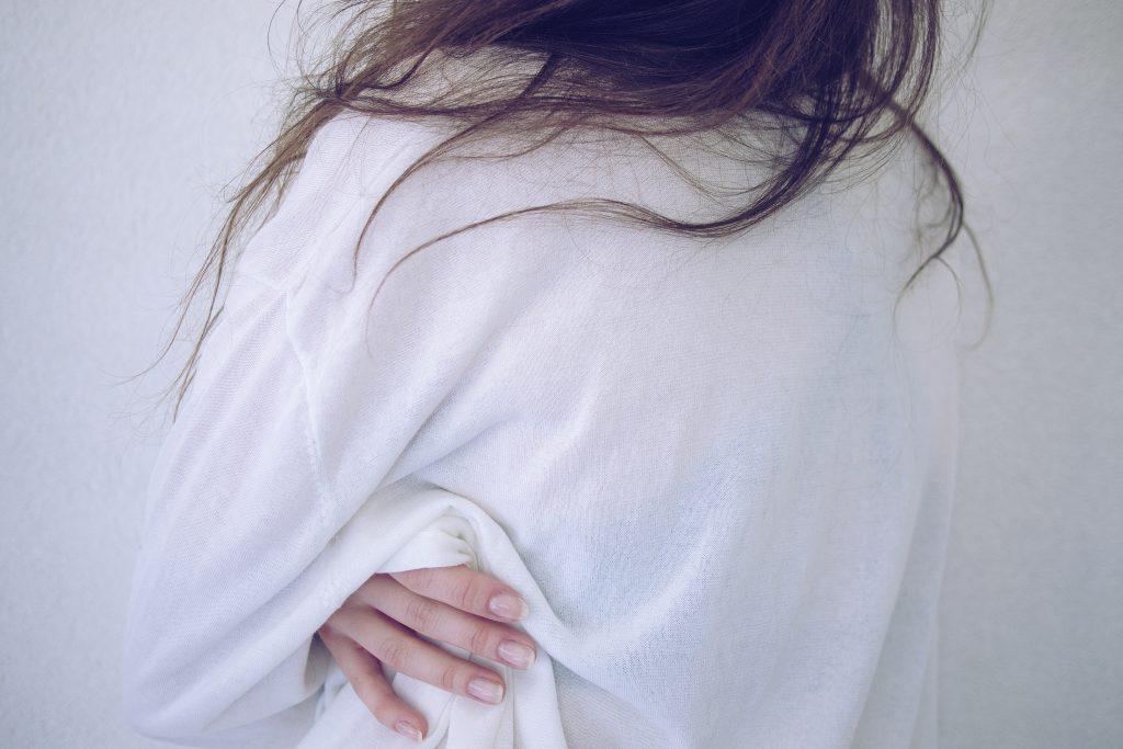 imagen de una mujer abrazándose en posts sobre practicar el desapego