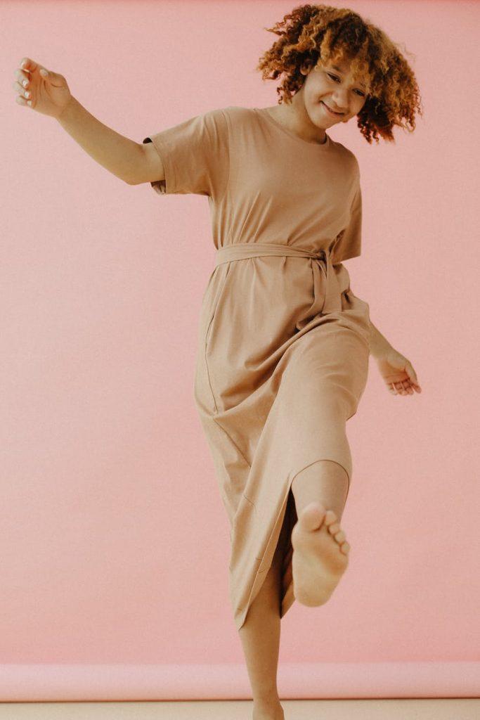 imagen de una chica bailando: música para ordenar la casa