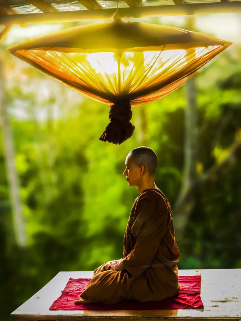 persona oriental practicando meditación consciente